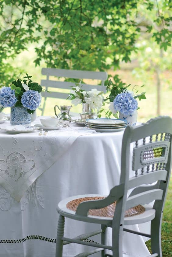 Creating a memorable outdoor dinner party can be a breeze with these easy outdoor entertaining tips from the experts. | 31Daily.com