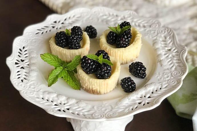 Quark Mini Cheesecakes with Fresh Blackberries (German Käsekuchen) | 31Daily.com