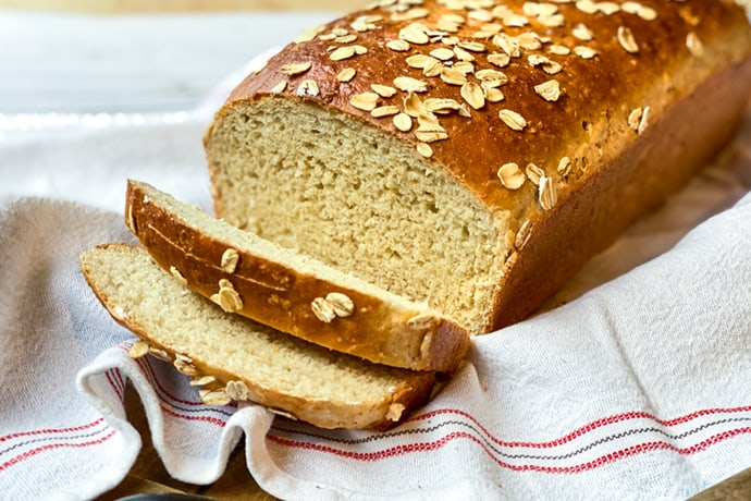 Simple Oatmeal Sandwich Bread with Honey